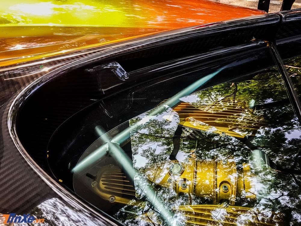 Phần nắp khoang động cơ của Pagani Huayra bằng kính trong suốt giúp người xem có thể mục sở thị 1 trong những động cơ đẹp nhất thế giới