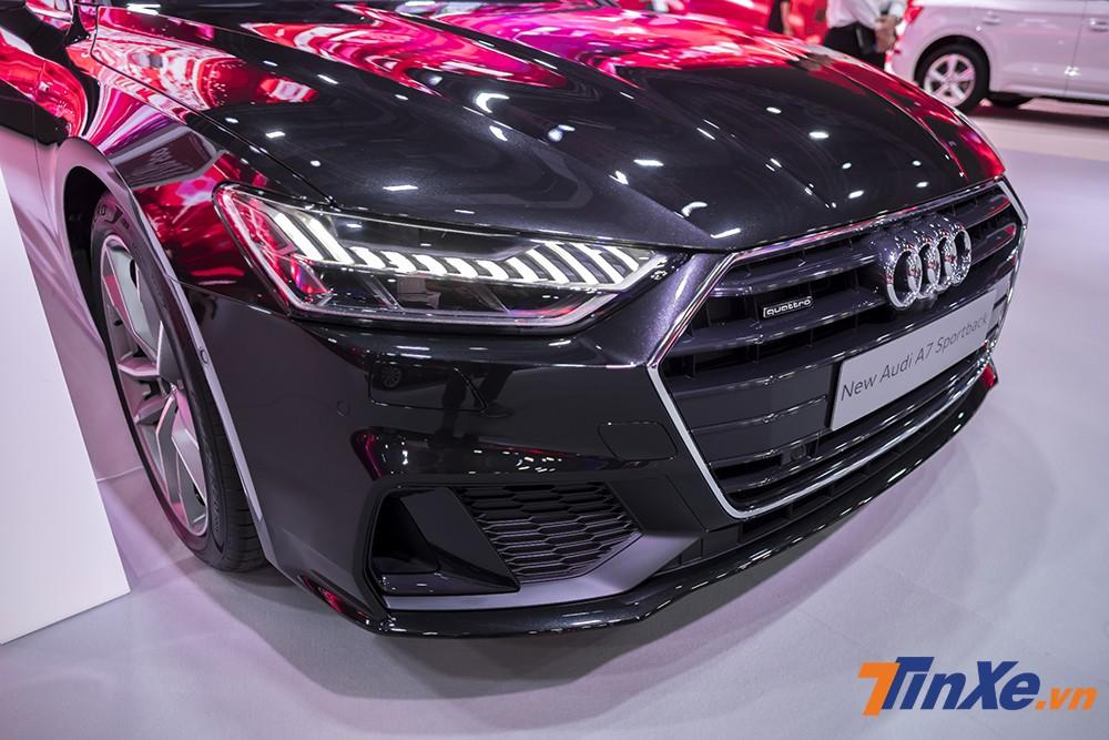 Audi A7 Sportback mới vẫn mang đậm chất thể thao và có thêm phần cơ bắp nhờ vào những phần gân dập nổi và đường cong ở phần nắp ca-po xe khiến chiếc xe trông mạnh mẽ hơn rất nhiều. Thêm vào đó còn là lưới tản nhiệt cỡ lớn được thiết kế rộng và kéo dài tới gần hết đầu xe khiến chiếc xe này tạo ấn tượ