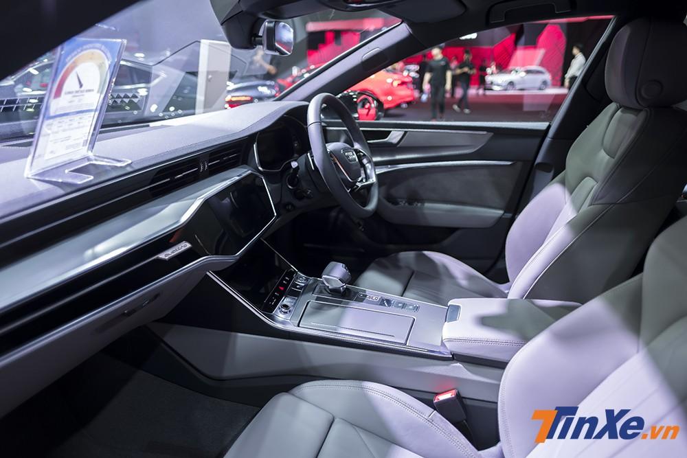 Bên trong không gian nội thất của Audi A7 Sportback 2018 thực sự là một sự đột phá mang thiết của tương lai khi chỉ sử dụng màn hình cảm ứng để thực hiện các tác vụ điều khiển của xe. Thêm vào đó là không gian trang trọng, hiện đại với nội thất bọc da cùng những điểm nhấn ốp nhôm xước, carbon và nhữ