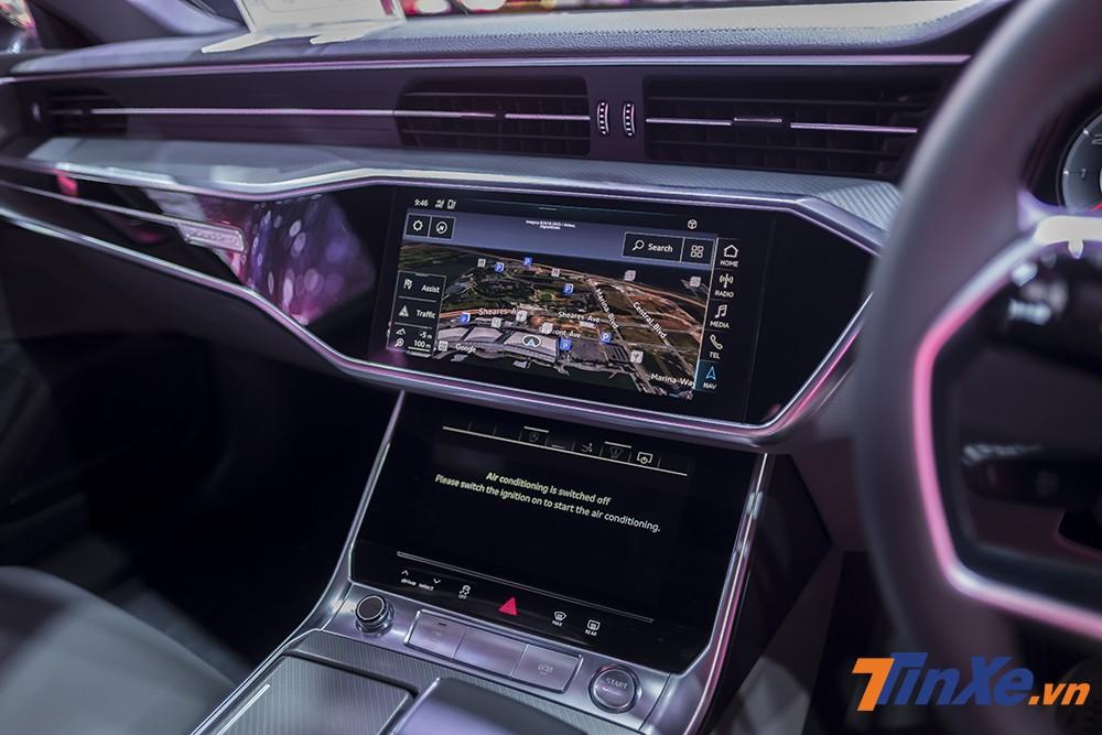 Ở vị trí trung tâm cũng là hai màn hình cảm ứng với nhiều tác vụ khác nhau ví dụ như màn hình lớn phía trên để thực hiện giao tiếp MMI còn màn hình cảm ứng phía dưới để điều khiển điều hoà, nhập văn bản,...
