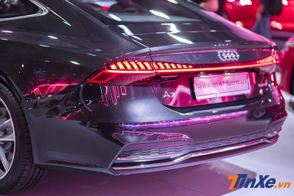 Thêm vào đó là hệ thống đèn hậu dạng LED được thiết kế mới bắt mắt hơn, liền mạch hơn với dải đèn LED chạy ngang hết đuôi xe.