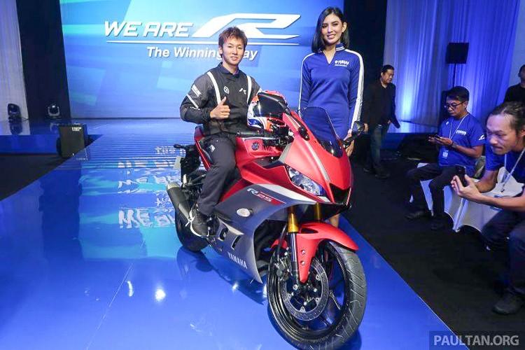 Ngoài phiên bản màu xanh GP, Yamaha R25 và R3 2019 còn được giới thiệu cùng tông màu đỏ xám khá đặc trưng