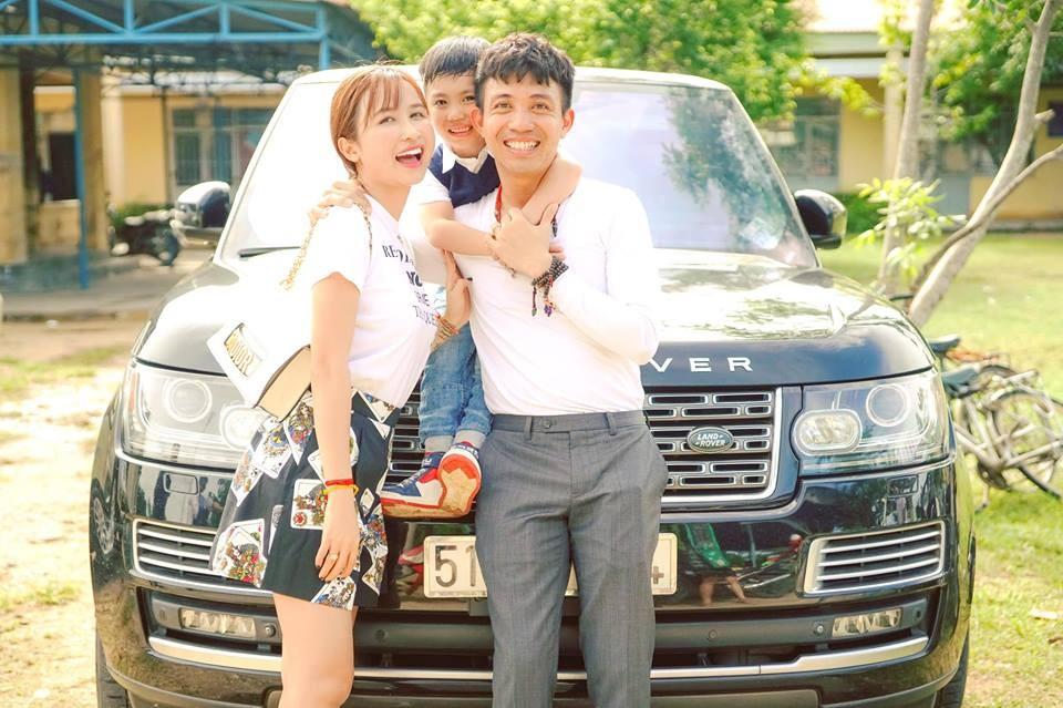 Chiếc SUV hạng sang bản giới hạn Range Rover Autobiography LWB Black Edition rất hay được Minh Nhựa sử dụng trong các chuyến hành trình với gia đình