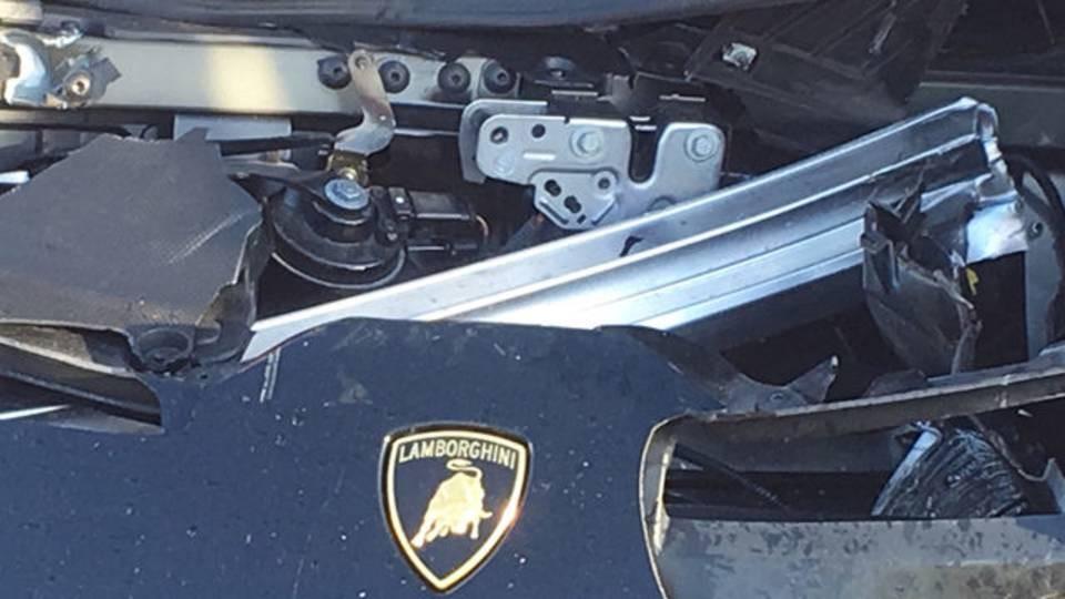 Dàn áo phía trước của xe cũng như nắp capô bị bể và móp méo lộ hẳn ra khung chịu lực của siêu xe