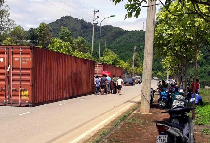 2 container bị bỏ bên đường tại khu Công nghiệp Thanh Bình