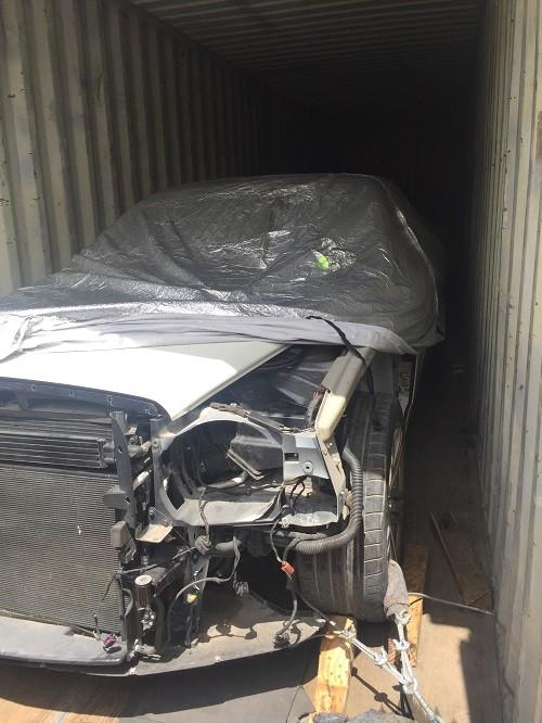 Những chiếc ô tô bị cạy nham nhở từ ngoài vào trong