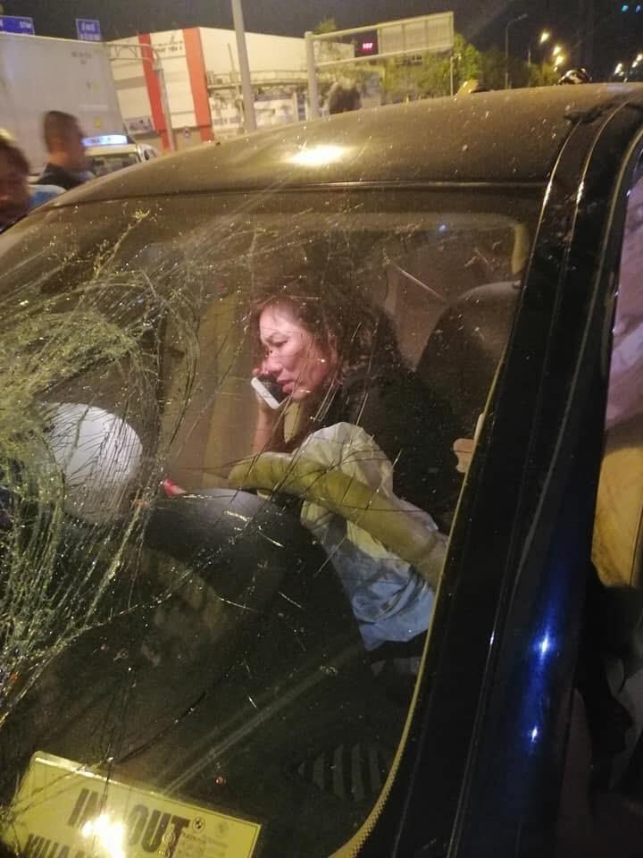 Bà Nguyễn Thị Nga ngồi trong xe gọi điện sau khi gây tai nạn