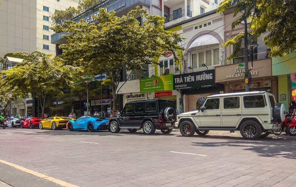 Đoàn siêu xe và SUV hạng sang xếp lốp tại phố đi bộ Nguyễn Huệ