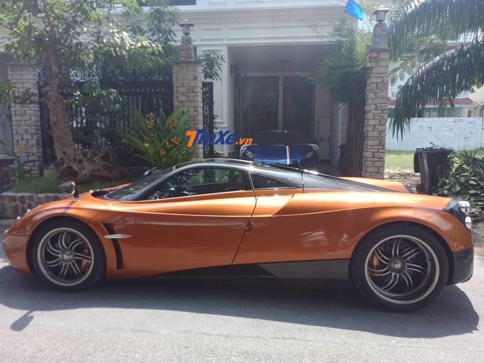 Pagani Huayra tại nhà riêng của Minh Nhựa ở quận 7. Phía trong nhà còn có siêu xe Lamborghini Aventador LP750-4 SV