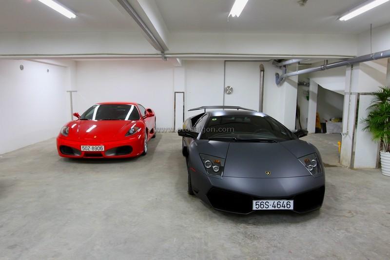 Ferrari F430 đọ dáng cùng Lamborghini Murcielago LP670-4 SV trong căn hầm xe của Minh Nhựa vào năm 2010