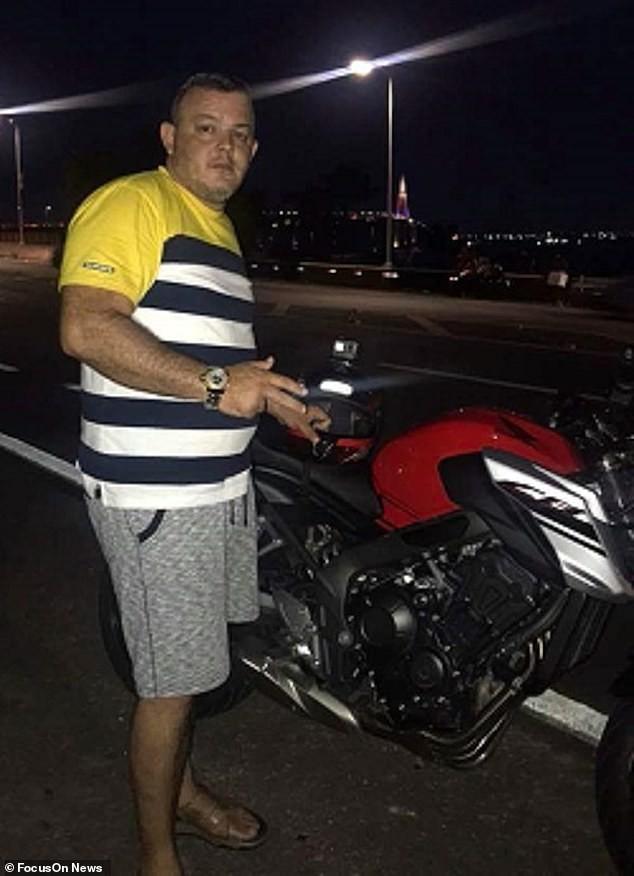 Ông Rego và chiếc mô tô phân khối lớn của mình khi sự việc chưa xảy ra