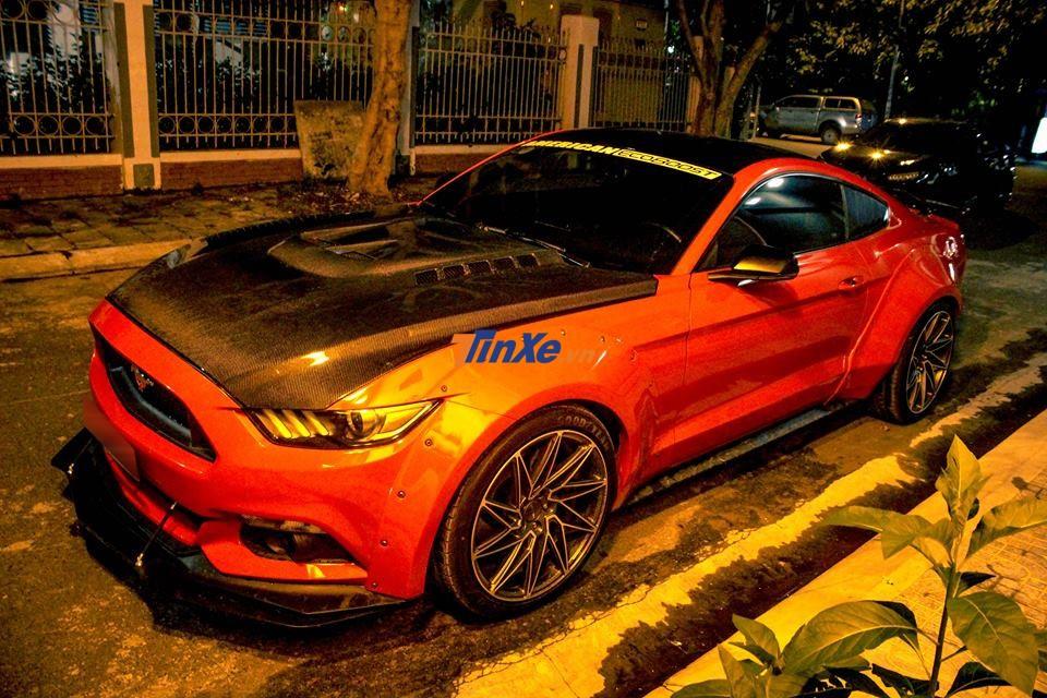 Sau quá trình độ body kit và mâm, biker Nha Trang tiếp tục trang bị thêm cho chiếc xe thể thao Ford Mustang nắp capô phía trước bằng sợi carbon hầm hố