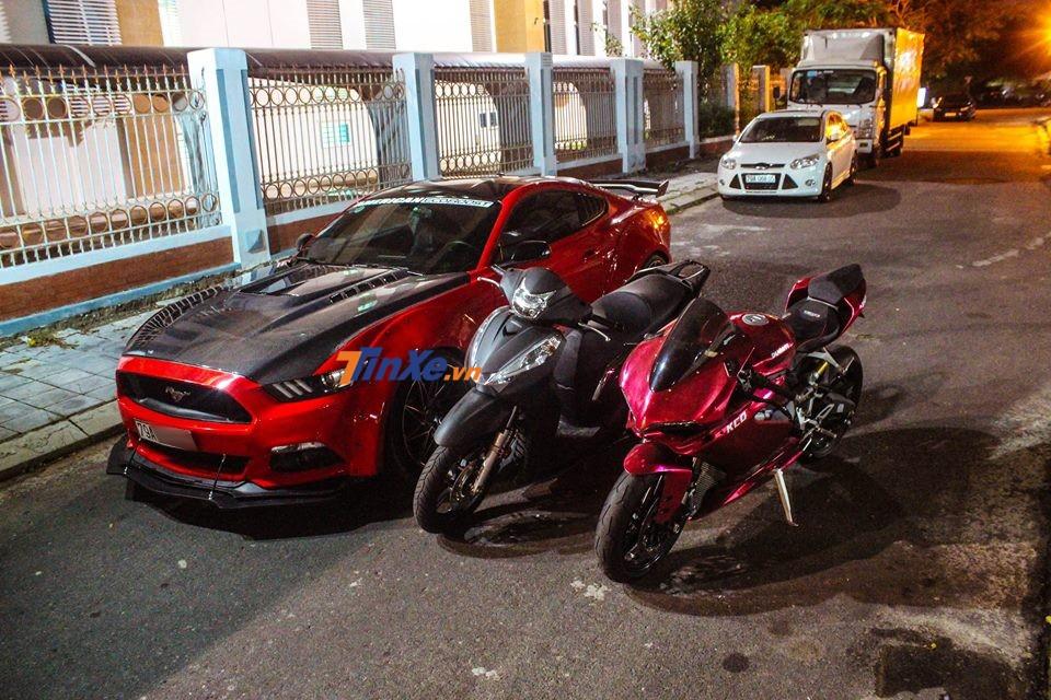 Ngoài Ford Mustang độ body kit thân rộng độc đáo, biker Nha Trang còn sở hữu mẫu xe Ducati 959 Panigale đã được dán lại màu đỏ crôm