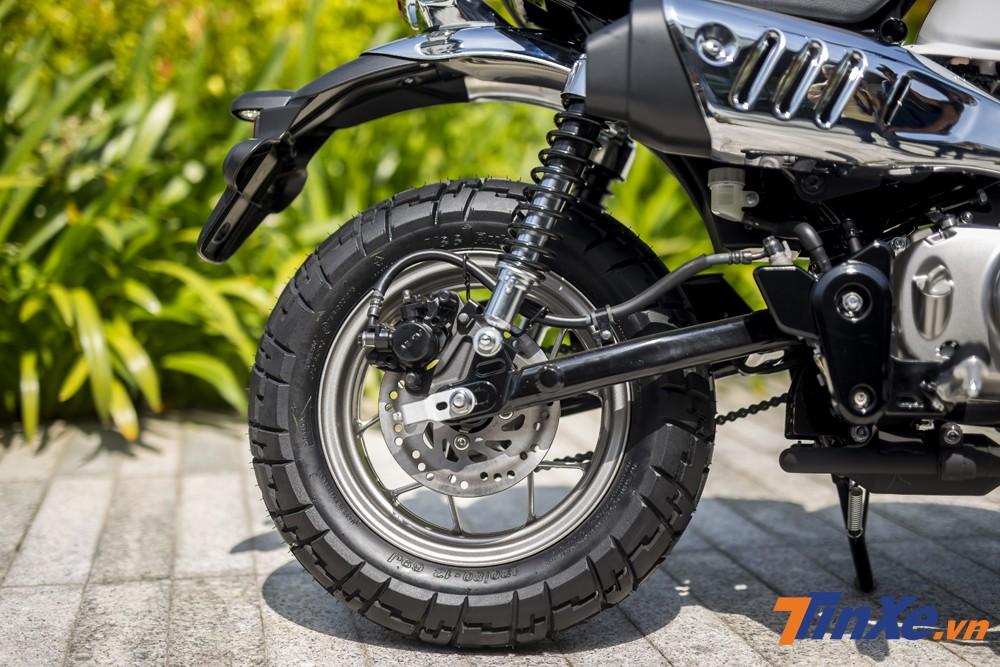 Phanh đĩa là một điều không thể thiếu trên cả 2 bánh xe Honda Monkey. Đáng tiếc là hệ thống chống bó cứng phanh ABS không được trang bị trên mẫu xe này.
