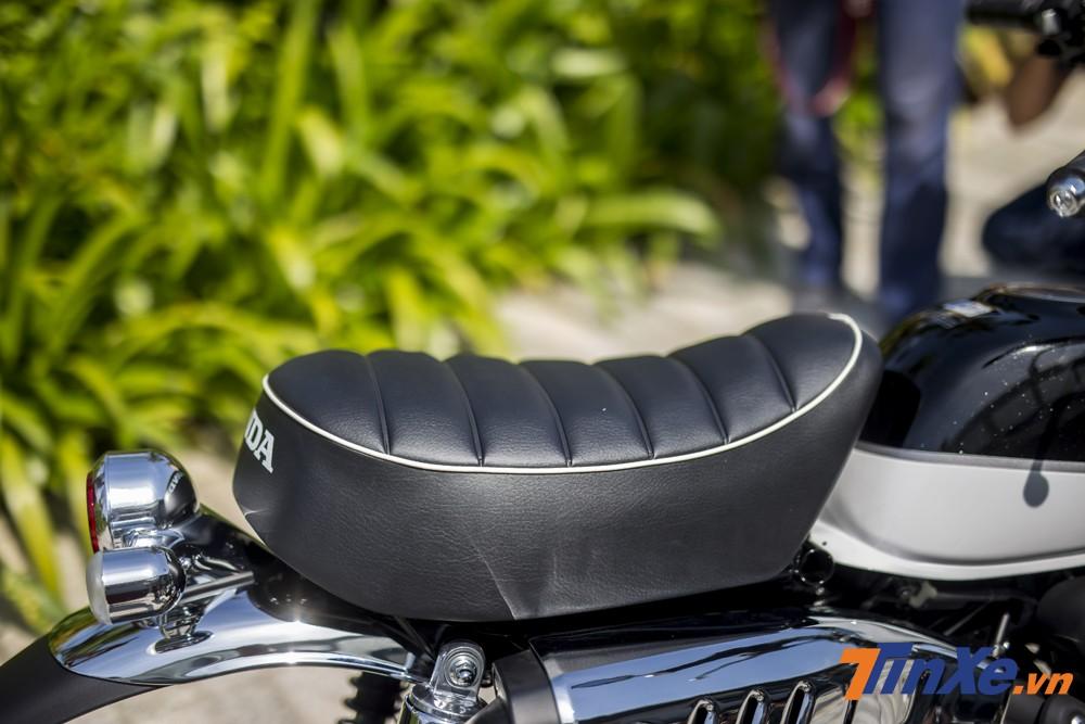 Yên xe to bản với thiết kế cá tính. Kích thước của yên xe Honda Monkey dường như chỉ phù hợp để ngồi một người.