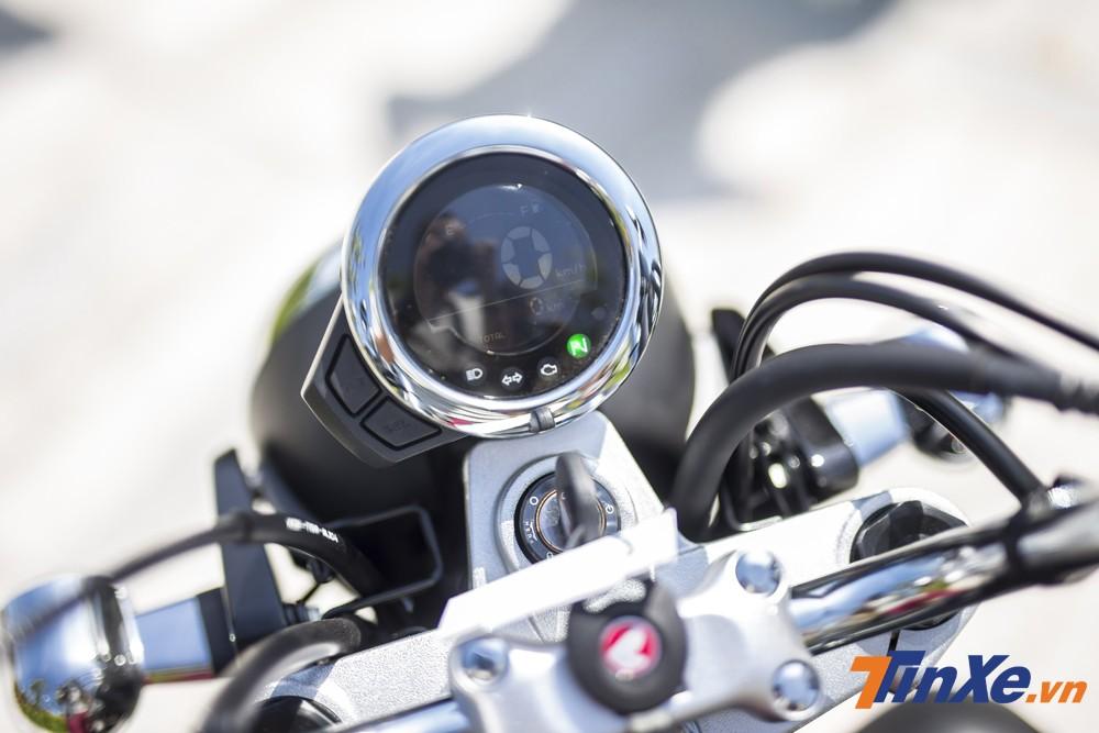 Đồng hồ hiển thị trên đầu xe cũng là một màn hình điện tử được thiết kế dạng tròn gọn gàng rất đồng bộ với tổng quan thiết kế của Honda Monkey.