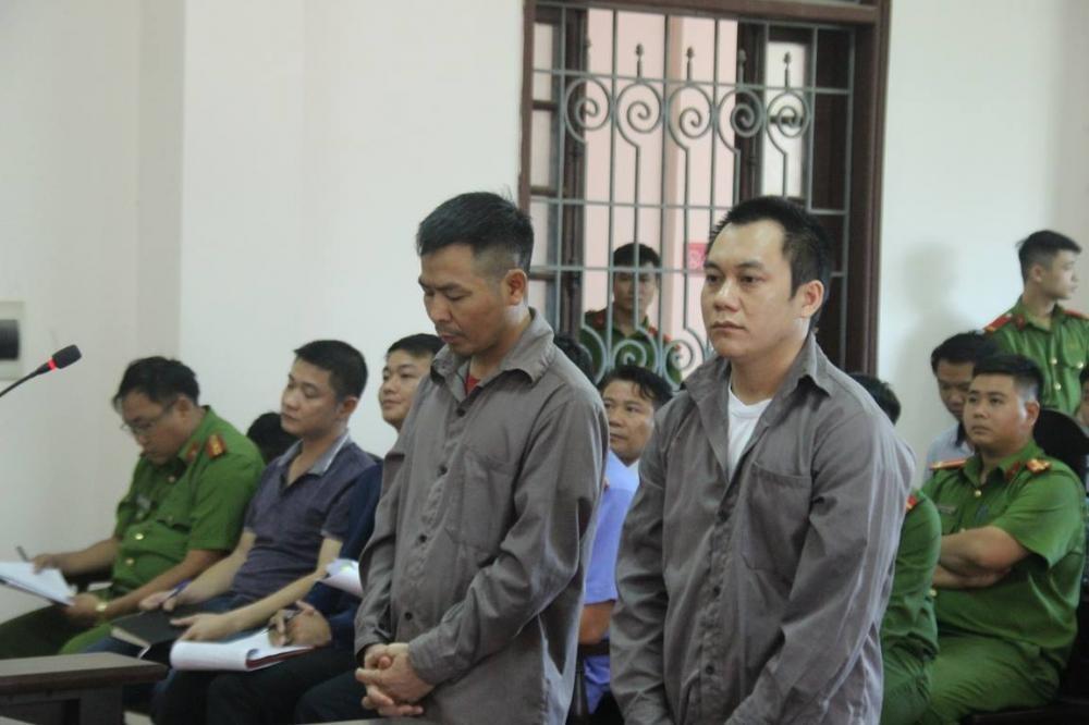 Tài xế Sơn (trái) và Hoàng (phải) trước tòa