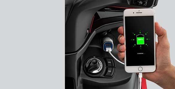Ngoài ra, chiếc xe được tích hợp khá nhiều công nghệ mới hiện đại như khóa thông minh (SKS) cùng ổ cắm sạc tiện lợi nhưng những trang bị này chỉ được áp dụng trên phiên bản cao cấp FreeGo S.
