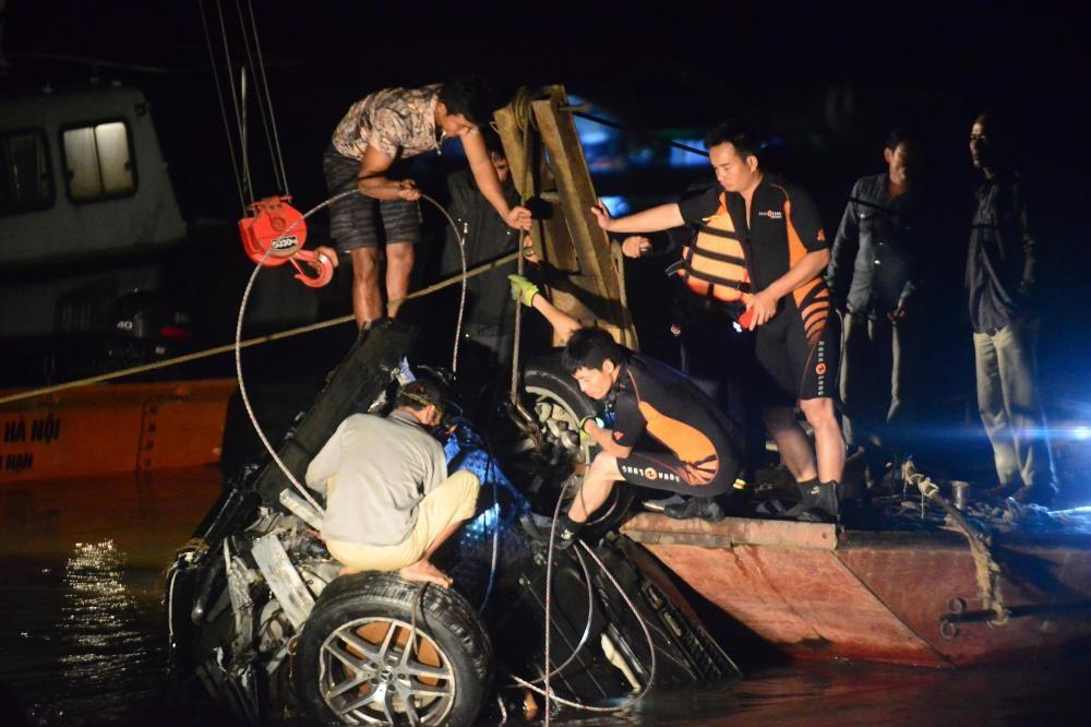 Lực lượng chức năng mất khoảng 5 tiếng đồng hồ để trục vớt chiếc xe lên bờ