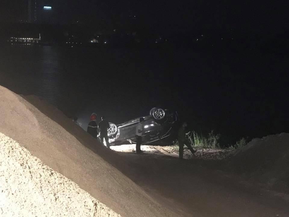 Chiếc Mercedes-Benz GLC300 sau khi được đưa lên bờ