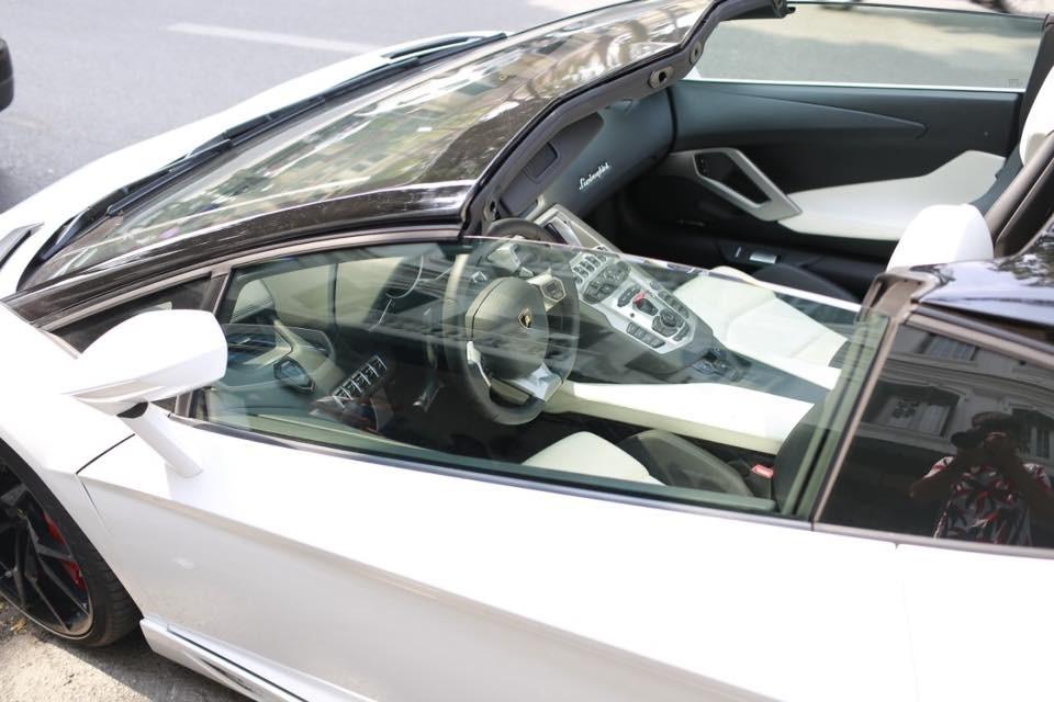 Siêu xe Lamborghini Aventador LP700-4 màu trắng có nội thất 2 tông màu đối lập là trắng và đen