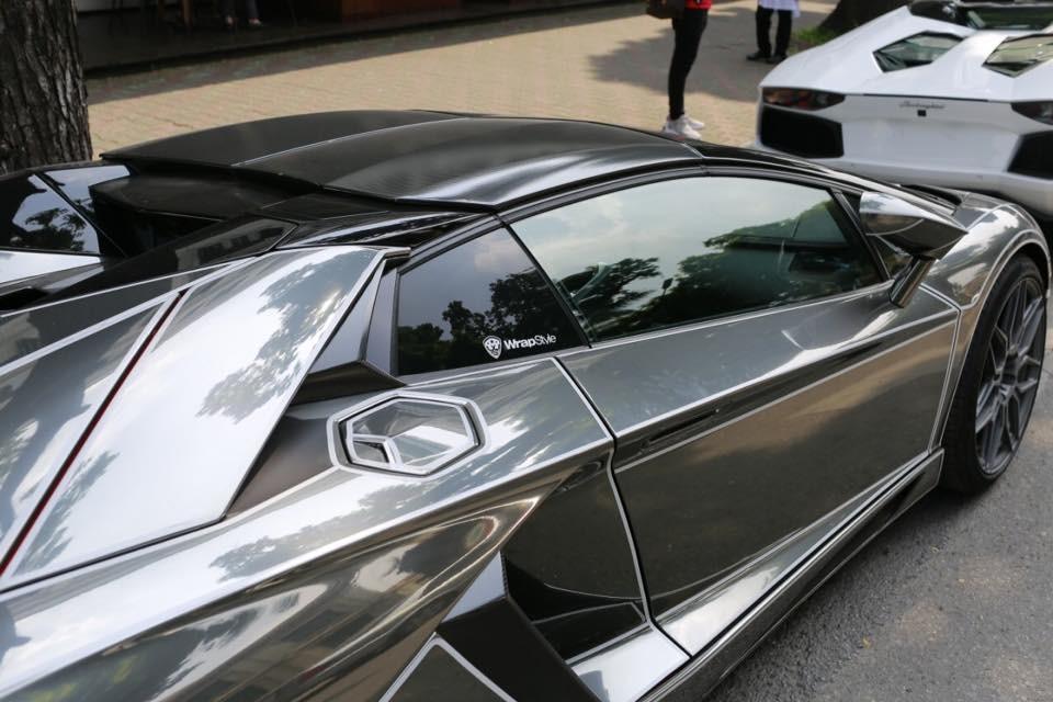 Lamborghini Aventador LP700-4 mui trần màu crôm đen trước đó cũng được chủ nhân cũ độ lại ống xả của IPE