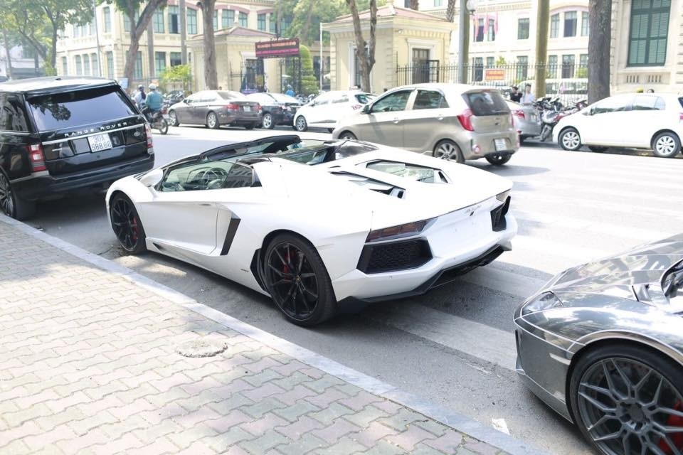 Lamborghini Aventador LP700-4 Roadster màu trắng