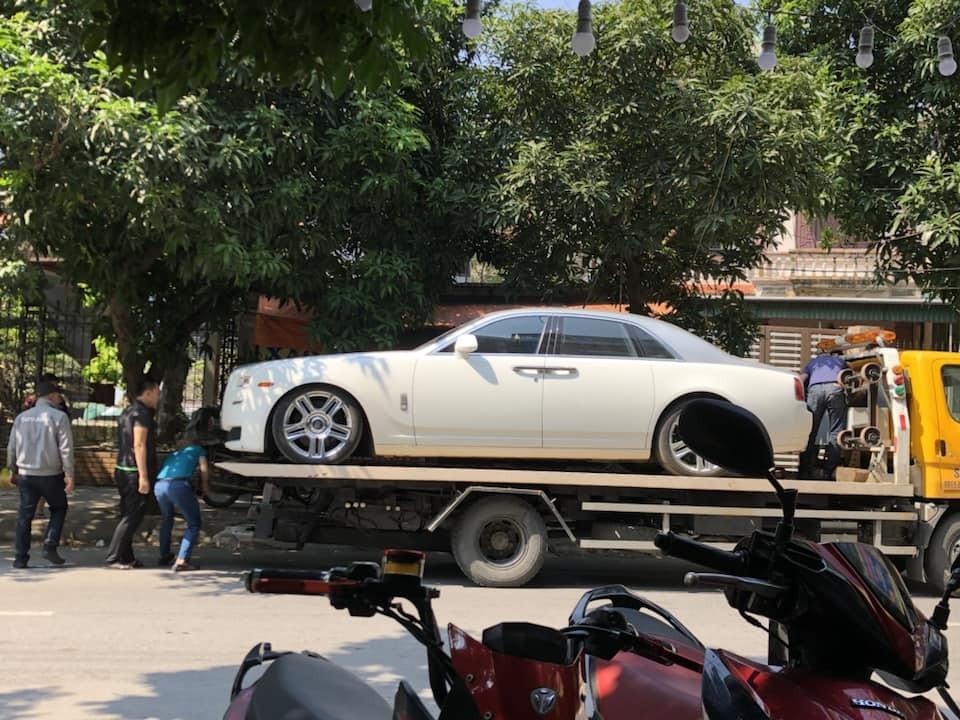 Chiếc xe siêu sang này tái xuất trên đường phố Vinh nhưng lại nằm trên một xe cứu hộ