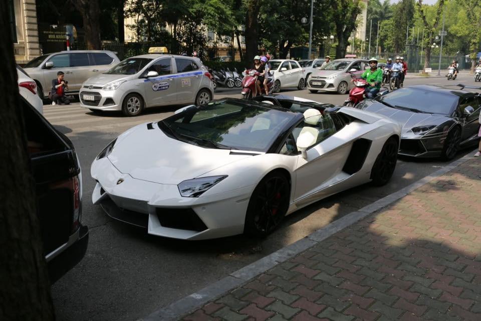 Cặp đôi siêu xe Lamborghini Aventador LP700-4 Roadster trước khách sạn Sofitel Metropole tại Hà Nội