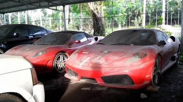 Ferrari 430 Scuderia và bên cạnh là Ferrari F430 Spider đóng bụi dày đặc