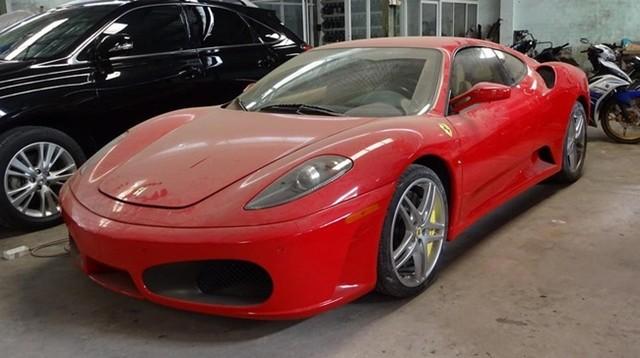 Một chiếc Ferrari F430 bám đầy bụi trong garage sửa xe