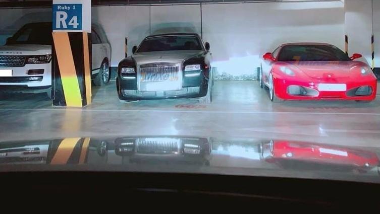 Ngoài ngoại thất đóng bụi dày đặc, chiếc xe siêu sang Rolls-Royce Ghost màu đen còn bị nghiêng về 1 phía, có vẻ như phuộc hơi của mẫu xe này bị hư hỏng do đã lâu không sử dụng