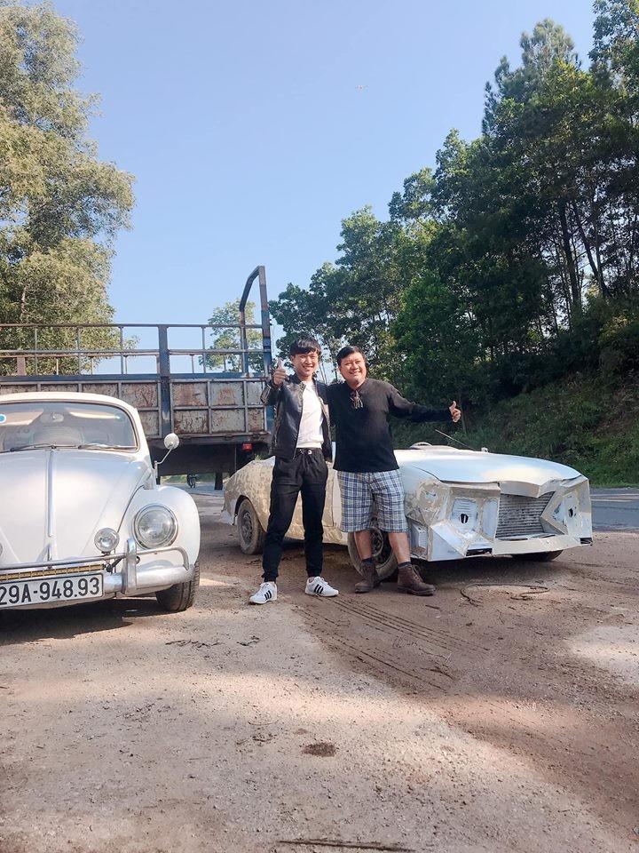Võ Trung Kiên (bên trái) cùng một người quen chụp ảnh bên cạnh mẫu xe Daewoo Celio đời 1998 đang chuẩn bị độ
