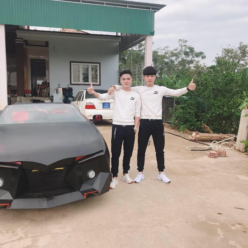 Trung Kiên và 1 người bạn bên cạnh mẫu xe độ mui trần tự chế