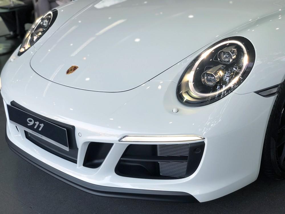 Phần mặt tiền của chiếc xe thể thao Porsche 911 Targa 4 GTS đời 2018 đã có sự sửa đổi nhẹ so với đời trước khi số nan ở hốc gió trước chỉ còn 1, dải đèn LED chiếu sáng ban ngày nhỏ gọn hơn