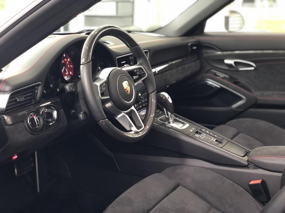 Nội thất Porsche 911 Targa 4 GTS đời 2018 đầu tiên tại Việt Nam