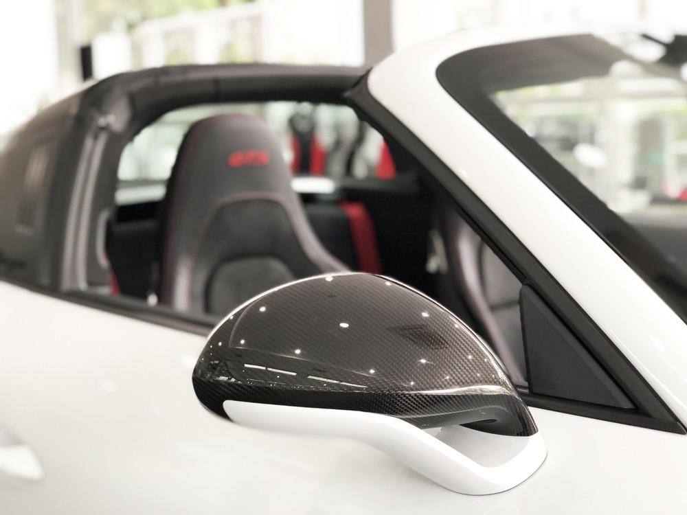 Vỏ gương ốp carbon bóng tạo nên điểm nhấn trên bộ áo trắng kim loại của xe