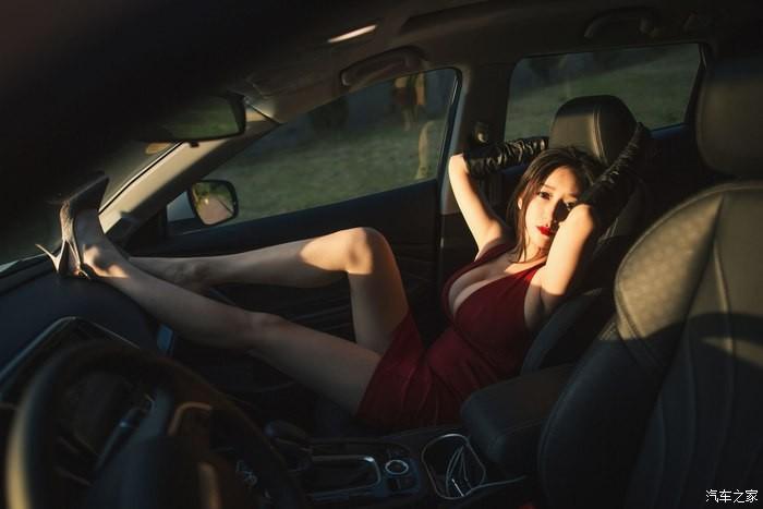 Uất ức trước cảnh người ta có vợ đẹp, vòng 1 khủng làm người mẫu xe hơi - 2