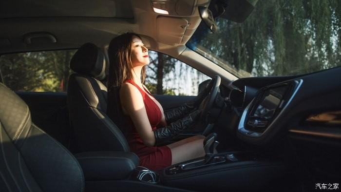Uất ức trước cảnh người ta có vợ đẹp, vòng 1 khủng làm người mẫu xe hơi