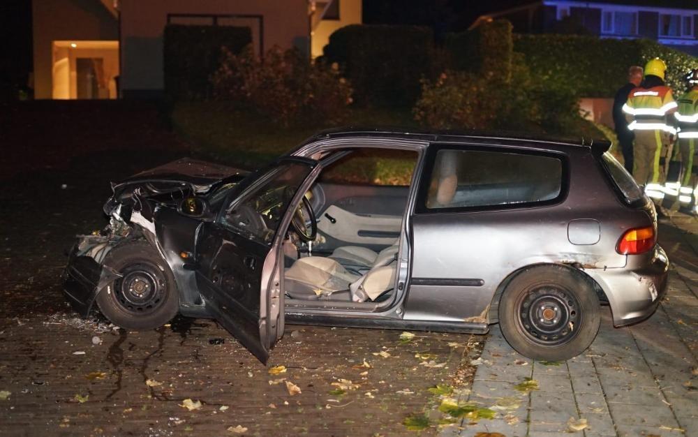 Chiếc Honda Civic đời cũ bị hỏng nặng phần đầu xe