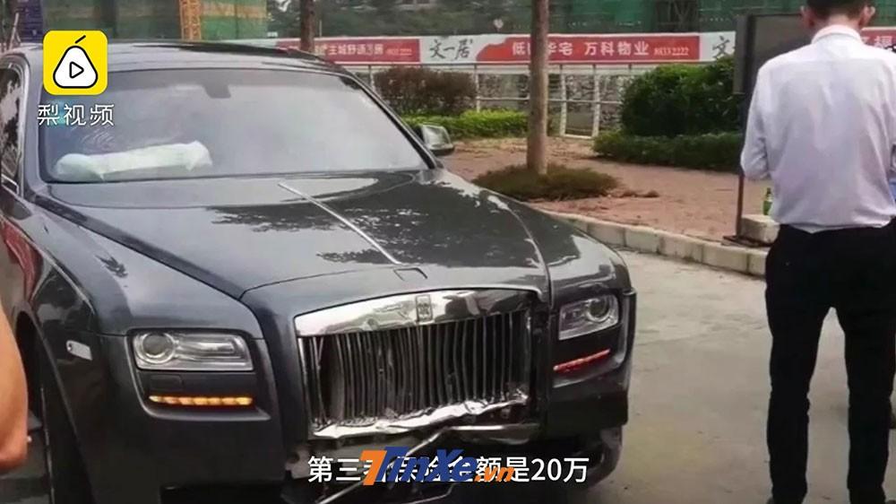 Chiếc Rolls-Royce bị móp méo ở lưới tản nhiệt và cản trước
