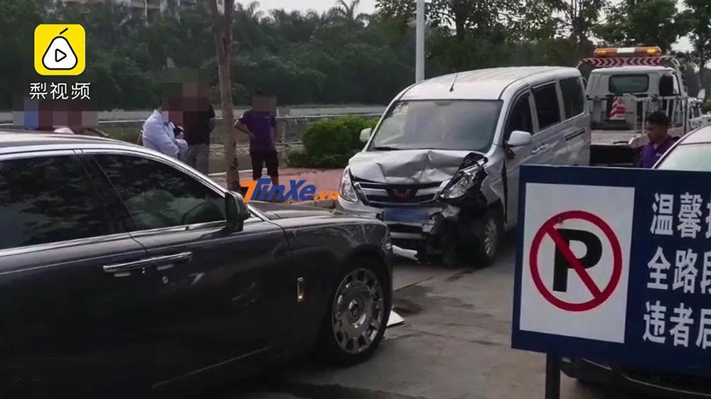 Chiếc xe van Wuling bị lún cả phần đầu sau vụ tai nạn