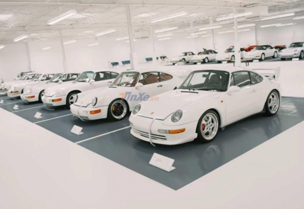 Những chiếc Porsche 911 xếp hàng ngay ngắn và cùng mang 1 màu sơn trắng