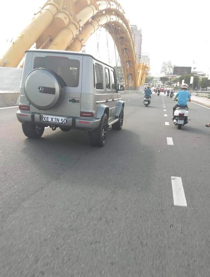 Chiếc SUV hạng sang Mercedes-AMG G63 đời 2019 đầu tiên tại Việt Nam di chuyển qua cầu Rồng với tờ giấy xe xin số
