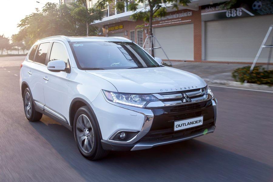Đón chào dịp mua sắm cuối năm, ô tô giảm giá tới cả trăm triệu đồng