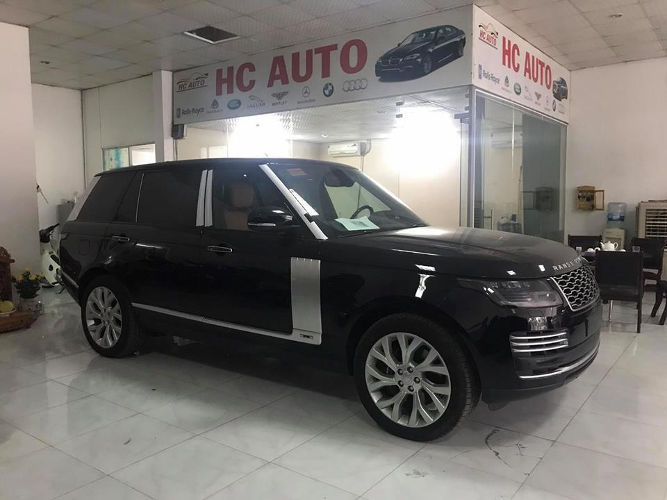 Chiếc Range Rover Autobiography P400e 2018 thứ 2 về nước có ngoại thất màu đen bóng đối lập với bộ áo trắng so với chiếc đầu tiên