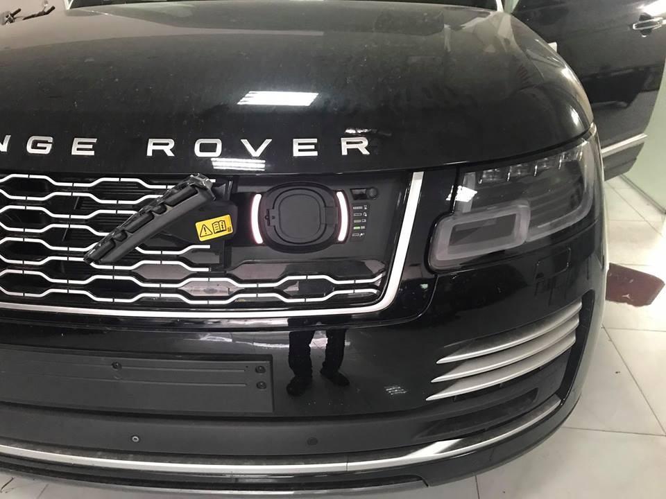 Nếu chỉ sử dụng cụm pin lithium-ion 13,1 kWh, Range Rover Autobiography P400e 2018 có thể hoàn thành quãng đường dài 50 km mà không cần động cơ xăng hỗ trợ