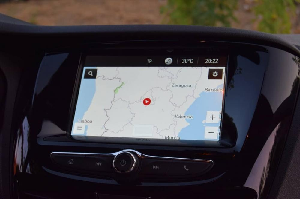 Hệ thống thông tin giải trí với màn hình cảm ứng và đi kèm hệ thống định vị tùy chọn của Opel Karl Rocks