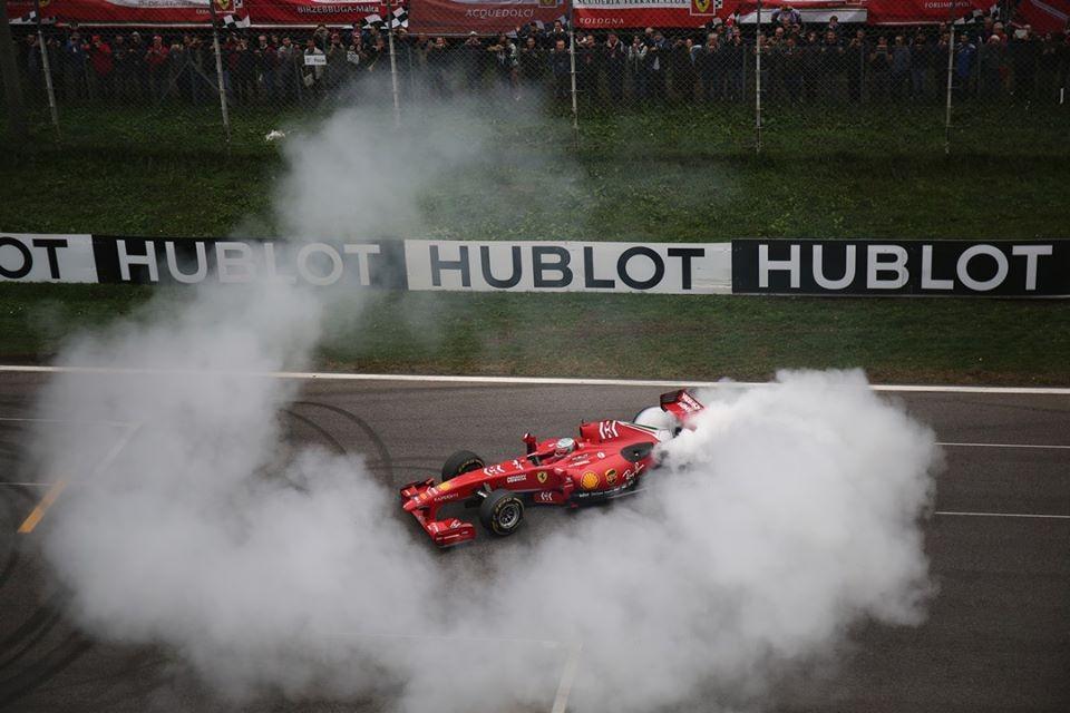 Một chiếc F1 Ferrari được đem ra biểu diễn đốt lốp