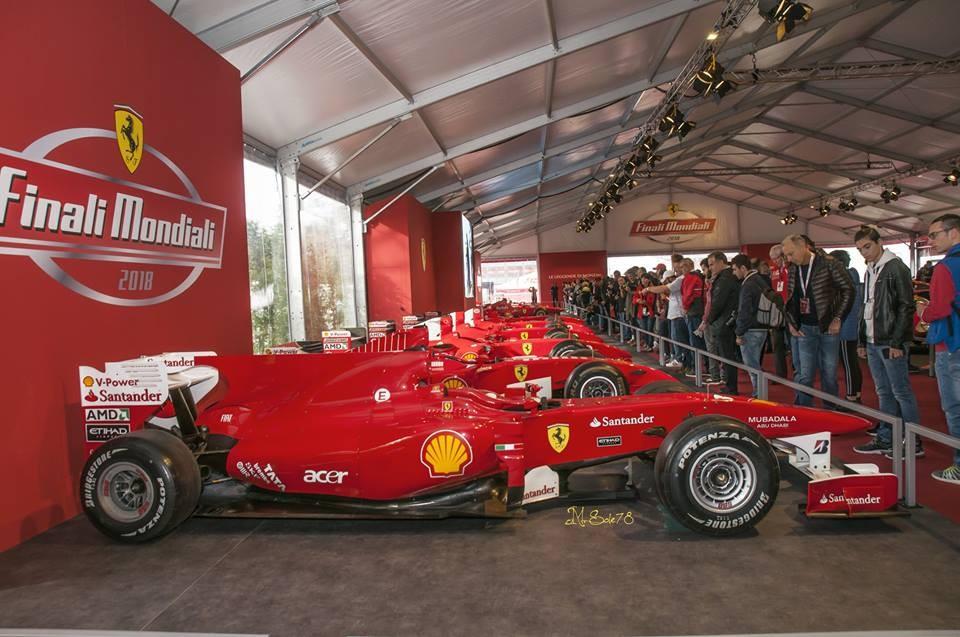 Dàn xe đua F1 của đội Ferrari xếp hàng ngay ngắn trong khu vực trưng bày